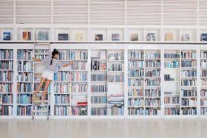 Frau in einer Bücherei